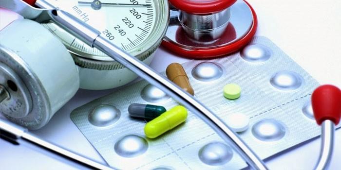 Тонометр и медикаменты
