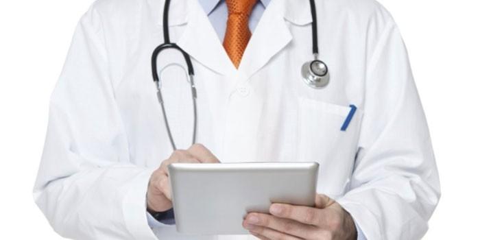 Медик с планшетом