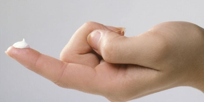 Крем на пальце