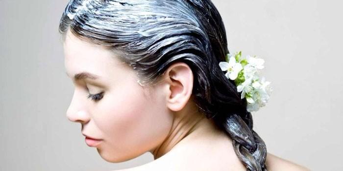 Маска для волосах девушки