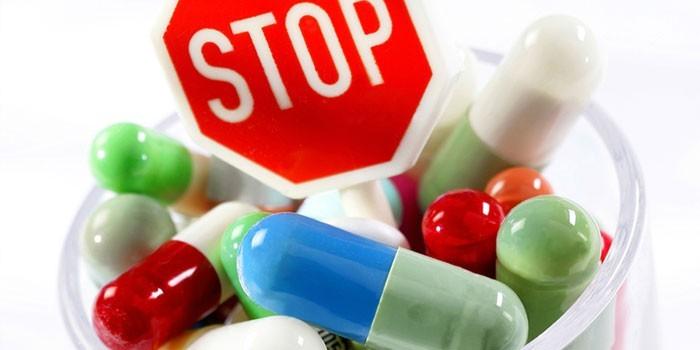 Медикаменты и знак стоп