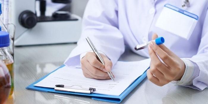 Медик с пробиркой в руке