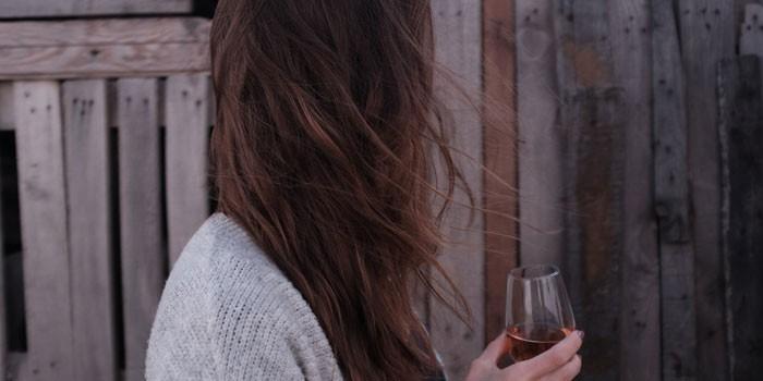 Девушка с бокалом