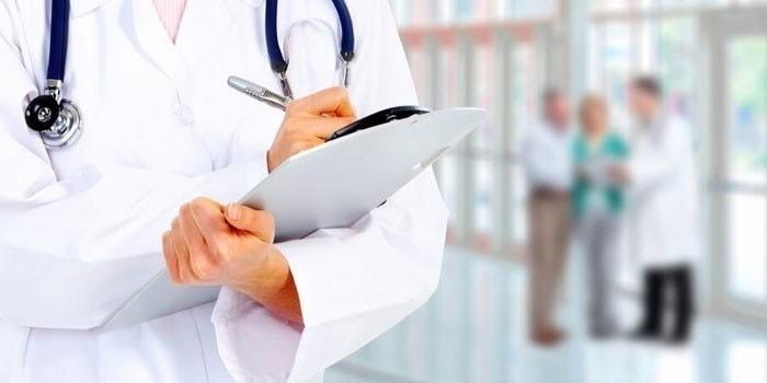 Медик делает записи