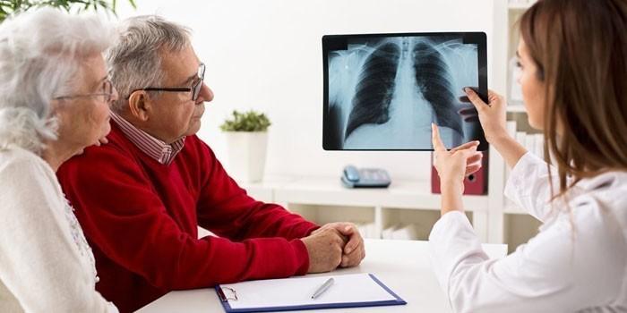 Пожилая пара на консультации у медика