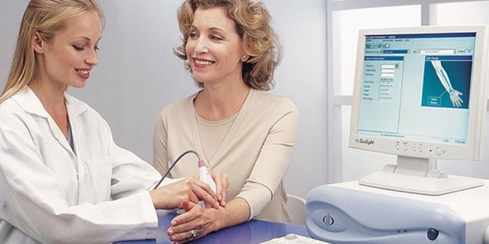 Женщине проводят ультразвуковую денситометрию
