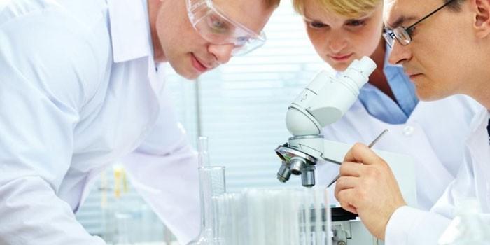 Медработники в лаборатории