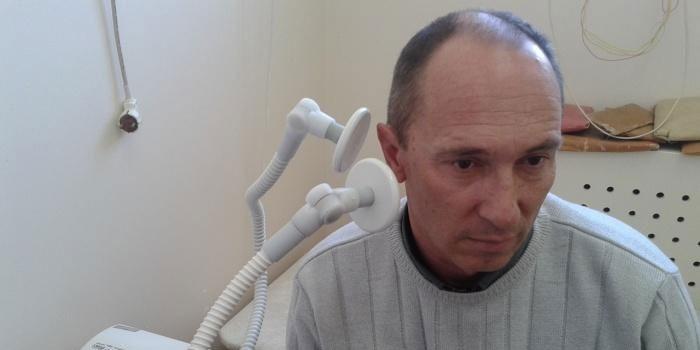 Мужчина на сеансе УВЧ-терапии