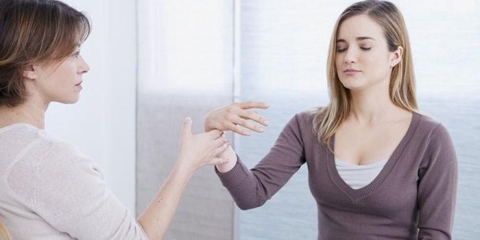 Психолог вводит девушку в состояние транса