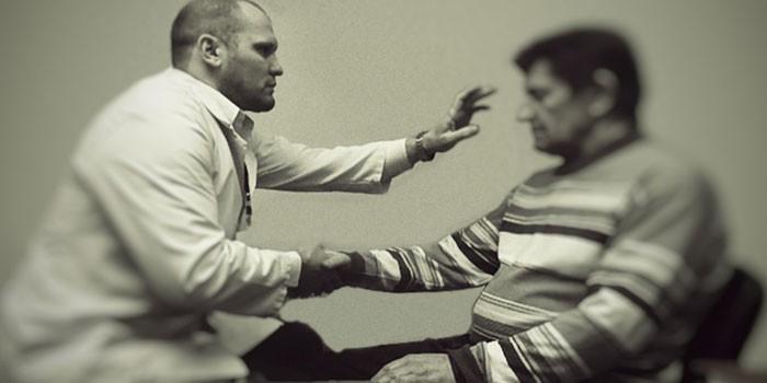 Врач использует гипносуггестивный психогипноз