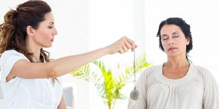 Женщину вводят в состояние гипноза