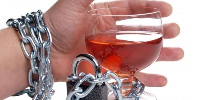 Рюмка с алкоголем пристегнутая цепью к руке