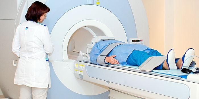 Пациент в аппарате МРТ