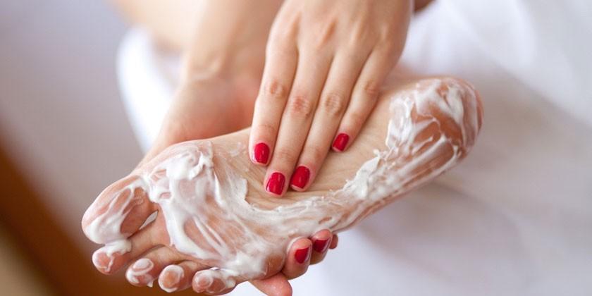 Нанесение крема на ступню