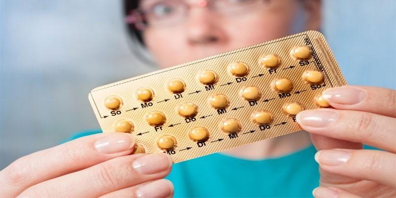 Блистер с таблетками в руках у женщины