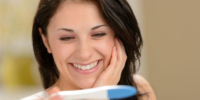 Девушка с тестом на беременность