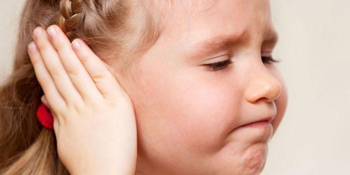 Девочка закрывает ухо