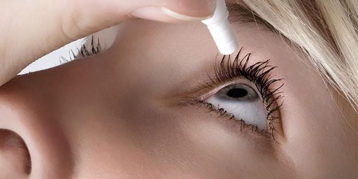 Девушка капает капли в глаз