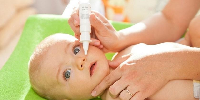 Ребенку капают капли в нос