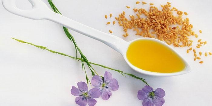 Льняное масло в ложке и семена льна