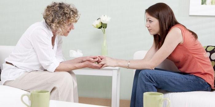 Девушка и женщина беседуют