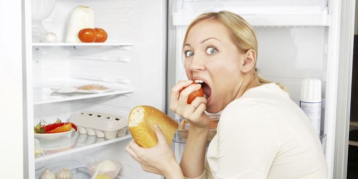 Женщина возле холодильника