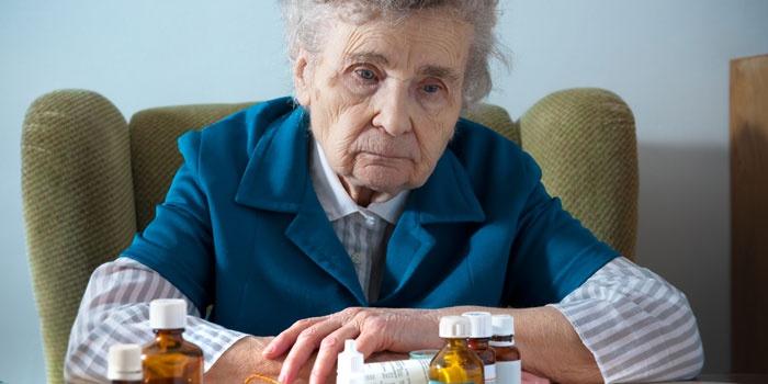 Пожилая женщина и медикаменты