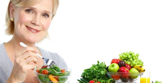 Женщина есть салат