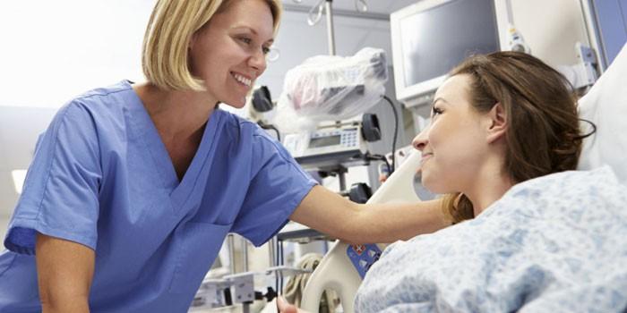 Медик и пациентка в больничной палате
