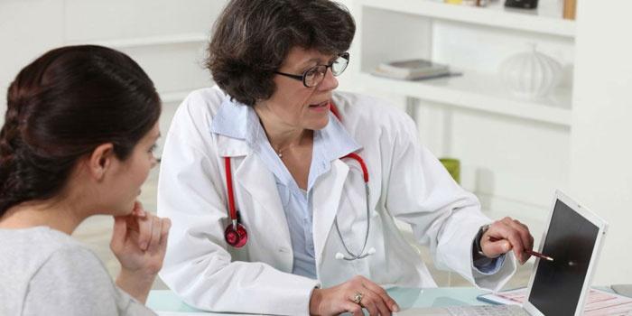 Девушка на консультации у врача