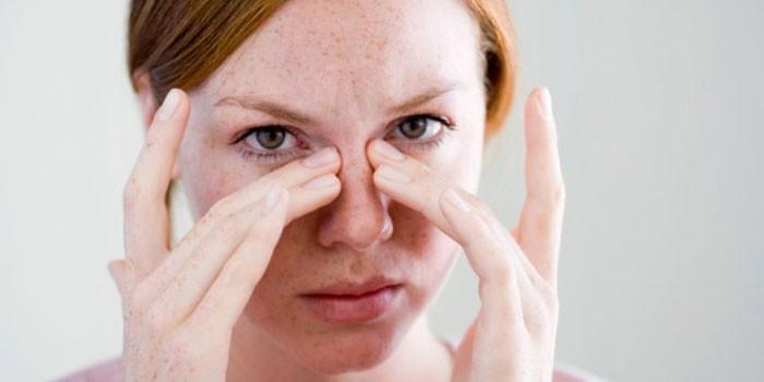 У девушки болит нос