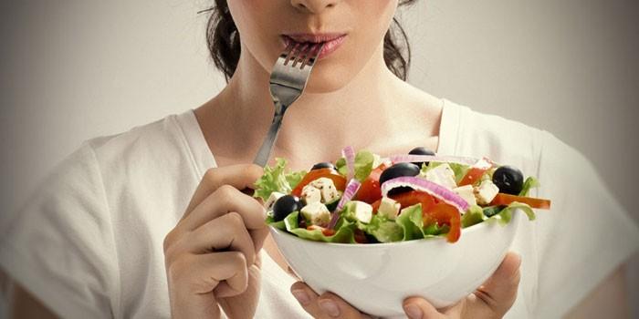 Девушка с миской салата