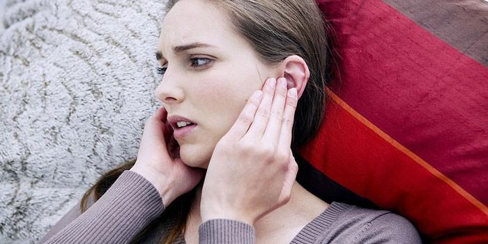 Девушка приложила ладони к ушам