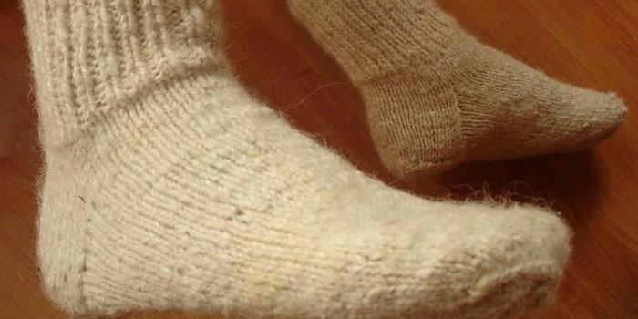 Компресс под шерстяными носками на ногах