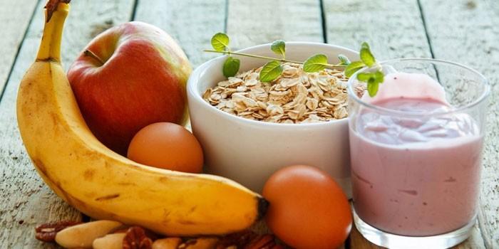 Фрукты, овсянка и йогурт