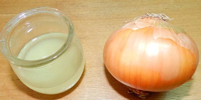 Луковый сок в баночке и луковица