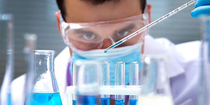 Лаборант работает с препаратами