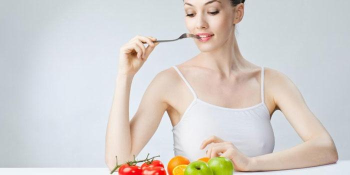 Женщина с фруктами и овощами