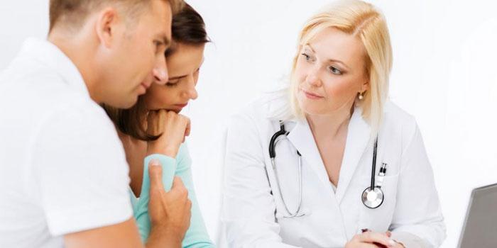 Женщина с мужчиной на консультации у врача