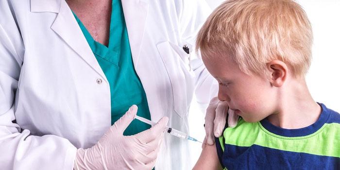Медсестра делает прививку мальчику