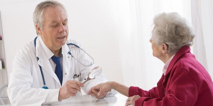 Пожилая женщина на консультации у дерматолога