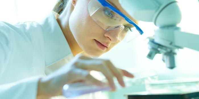 Девушка-лаборант проводит исследование