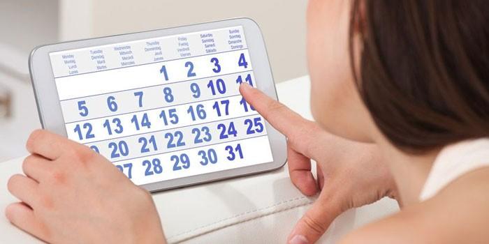 Девушка с календарем на планшете