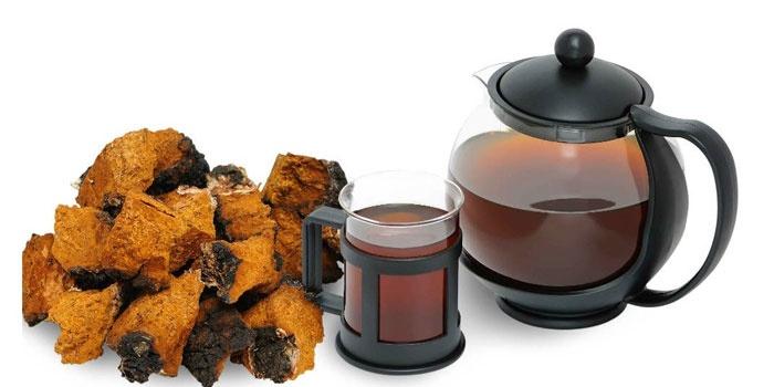 Отвар чаги в чашке и чайнике