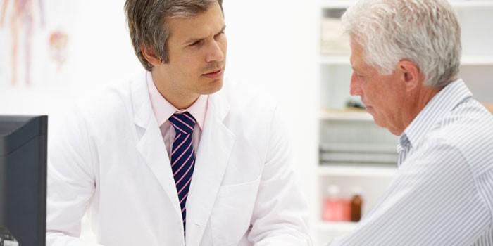 Пожилой мужчина на приеме у доктора