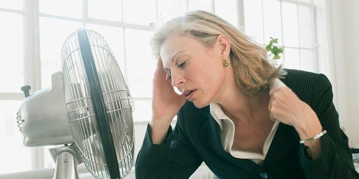 Женщина перед вентилятором