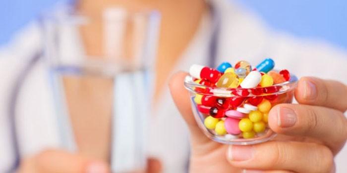 Лекарственные средства в руках у медика