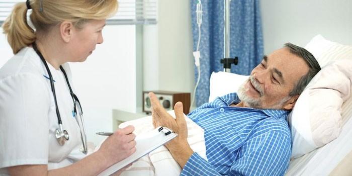 Врач опрашивает пациента
