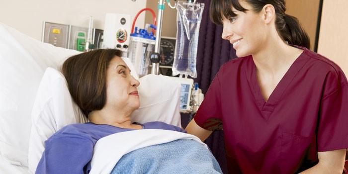 Женщина и медсестра