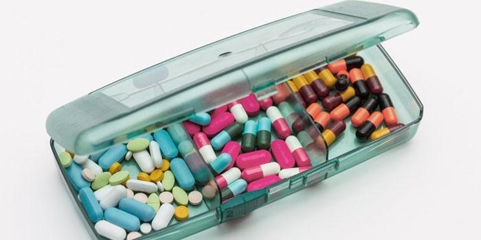 Таблетки и капсулы в коробочке